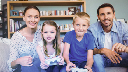 Fotolia_107416605_XS_Smiling-children-playing-video-games-with-parents-©-WavebreakmediaMicro
